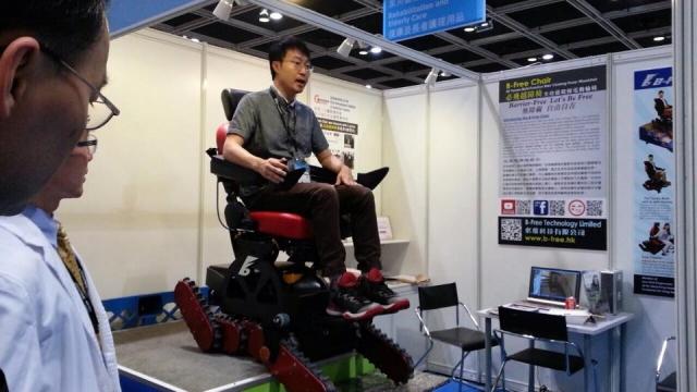 Alan積極示範他的必飛越障椅