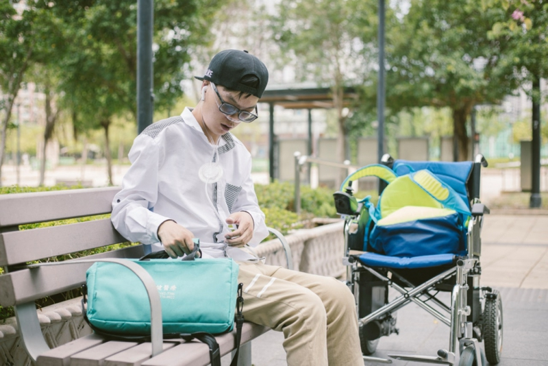 除了不希望人們以外表定義傷殘人士,還想帶出作為電動輪椅使用者,生活上也有很多不便—究竟應該走單車徑還是行人路呢?