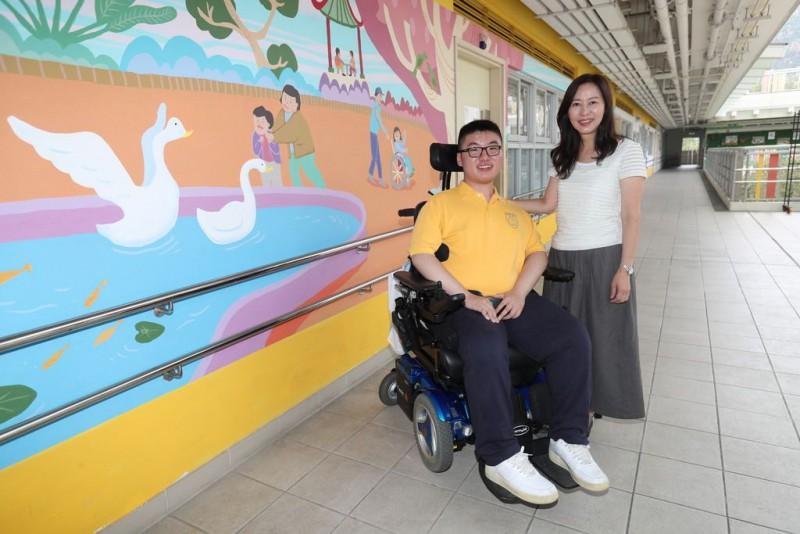 俊安在學業路上得到師長和家人無限量支持,當中包括校長胡小玲(圖右)。