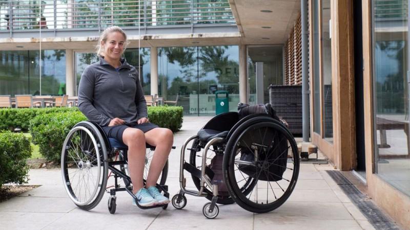影/解放雙手!瑞士設計系女研究生開發新型輪椅 擺動身體就能前進