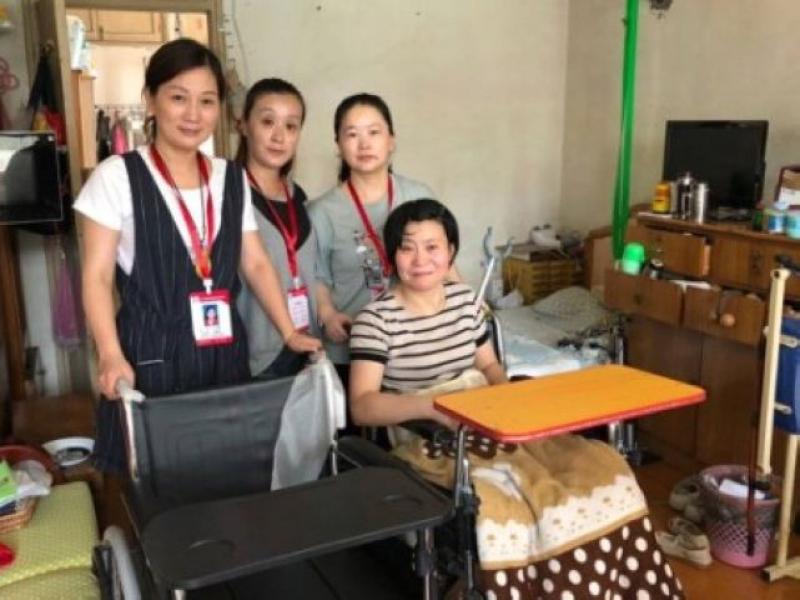 北京西路社區社工為困難殘疾人捐購輪椅