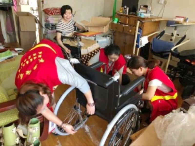 北京西路社區社工為困難殘疾人捐購輪椅-