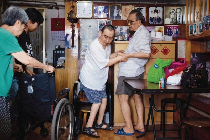 訪問當天,他們要外出的時候,家中兩老和洪晚嵐一同協助張嘉星。