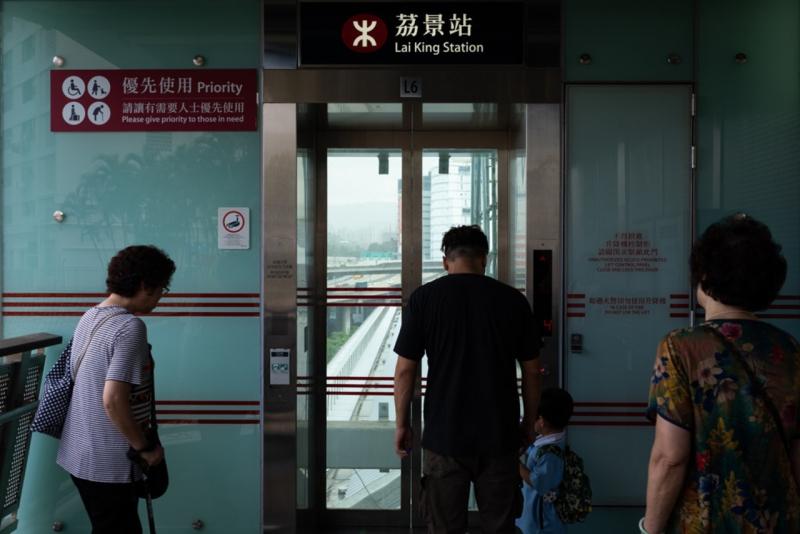 港鐵的升降機前有貼紙分開『優先用升降機乘客』和『一般乘客』,但一般人見到有空間就會湧入去。