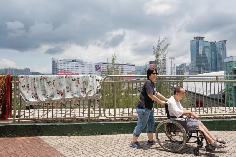 洪曉嵐和張嘉星夫妻互相扶持,但相信政府在政策上仍可有些作為,減輕照顧者負擔。
