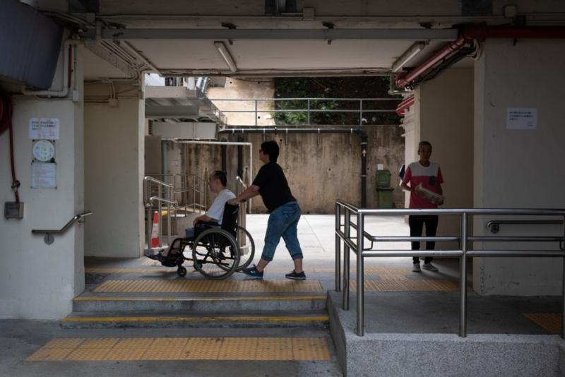 二人在外地感受到當地的人和設施也對於輪椅人士較為友善。
