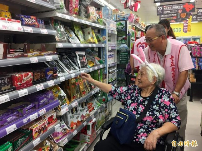 長輩在志工的陪同下到超市購物