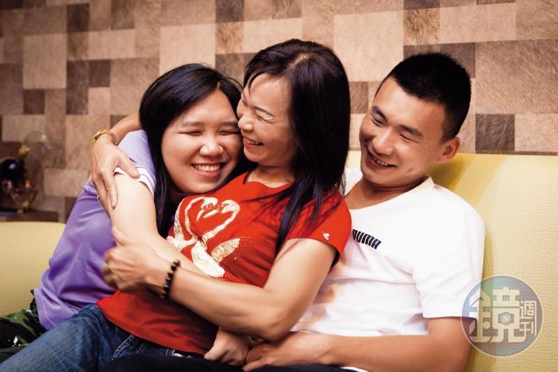 廖婉茹(中)是單親媽媽,一手帶大女兒長明慧(左)、兒子長家民
