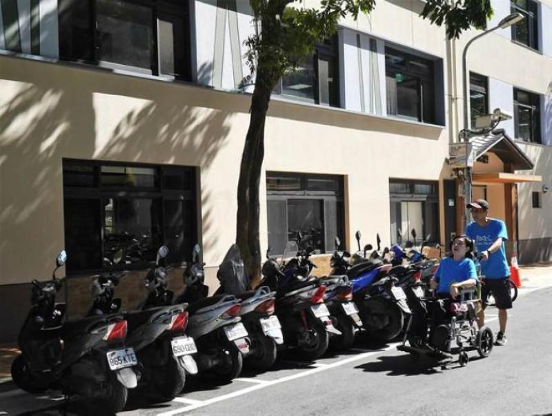 北市日照中心人行道路阻多 輪椅族被迫與車爭道