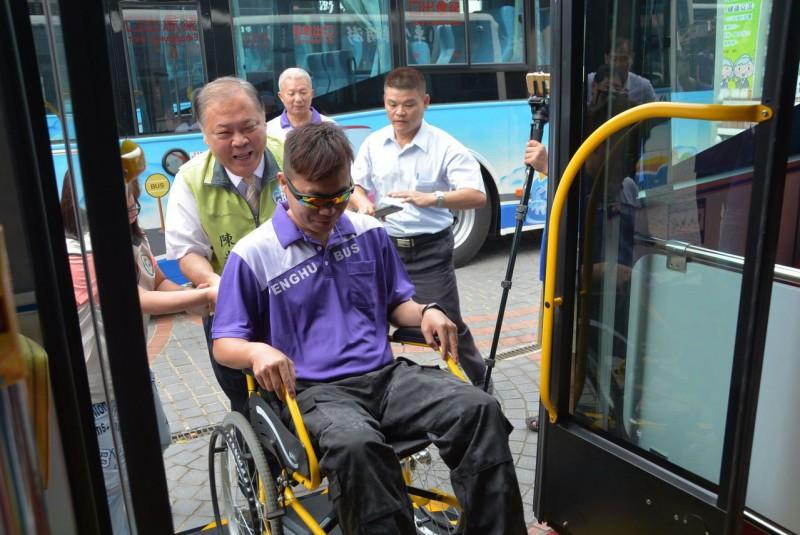 澎湖引入低地板公車 坐輪椅也能上車