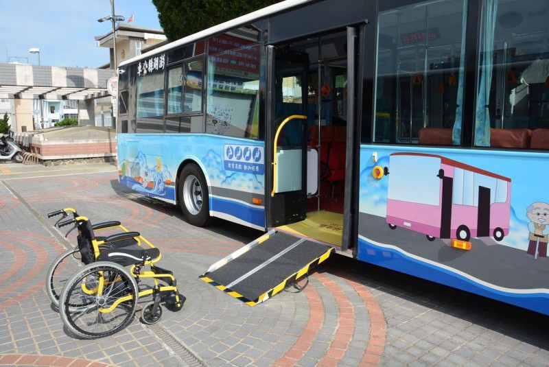 澎湖縣政府引入的低地板公車今天上路,配置上下車坡板,可供輪椅族上車。
