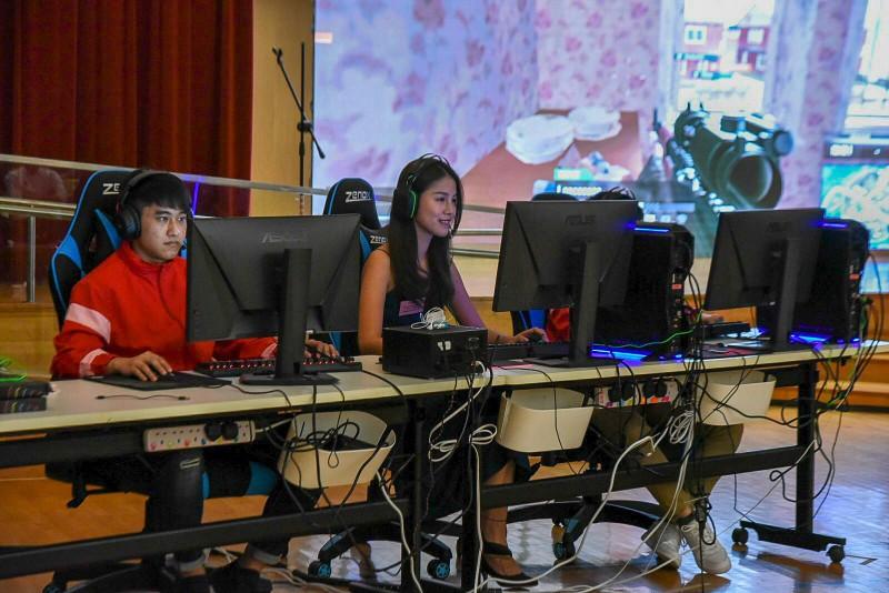 Nova Esports HK女子職業電競隊Ms Stacy Li(中)與香港傷健協會共融電子競隊隊員一起組隊進行比賽。
