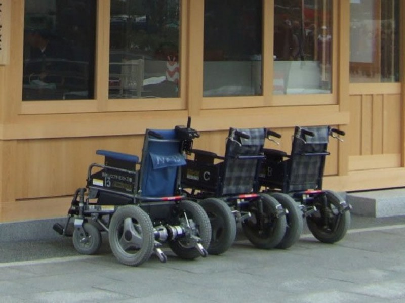 伊勢神宮門口接待處供人租借的電動輪椅。伊勢神宮內的地都是細小的沙石,自備的輪椅有機會破損,所以供租借的電動輪椅都是粗厚輪胎