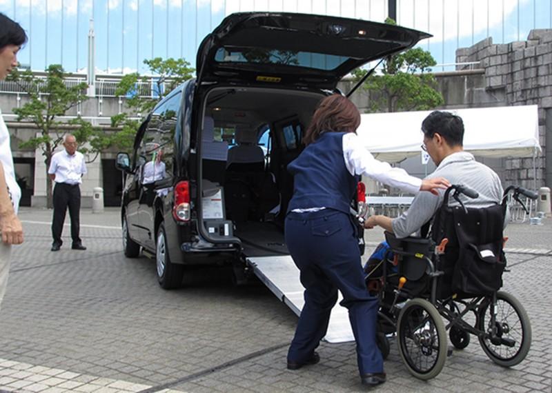 「通用設計的士」,可供輪椅使用者直接進入.