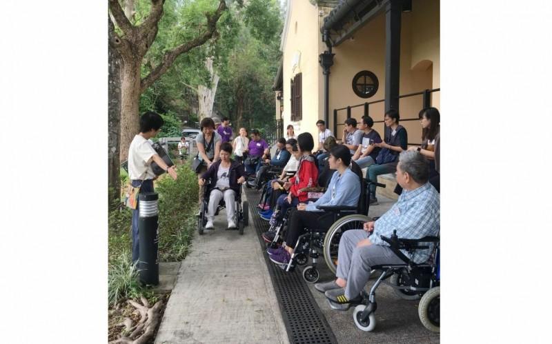 行動不便人士、照顧者及無障礙體驗者一起進行古蹟導賞。