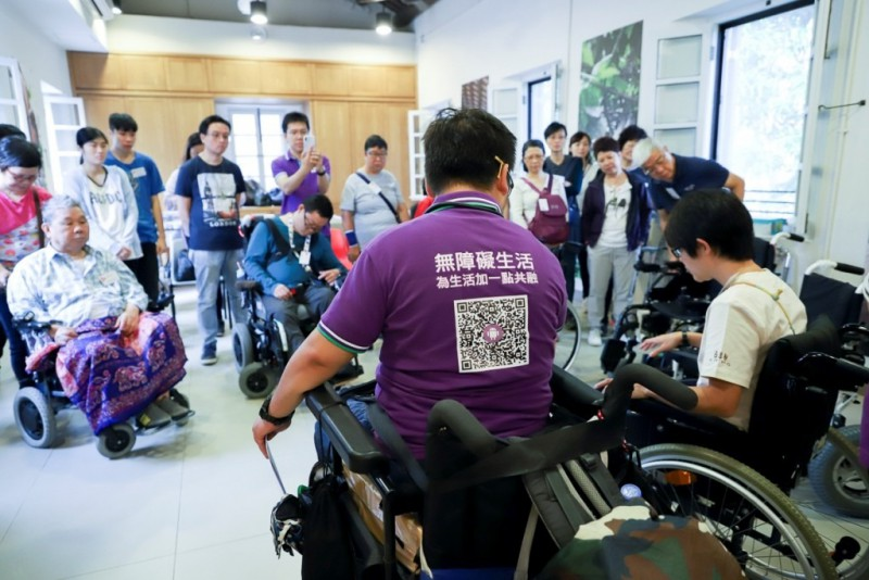 輪椅導遊小亮講解使用輪椅的正確方法
