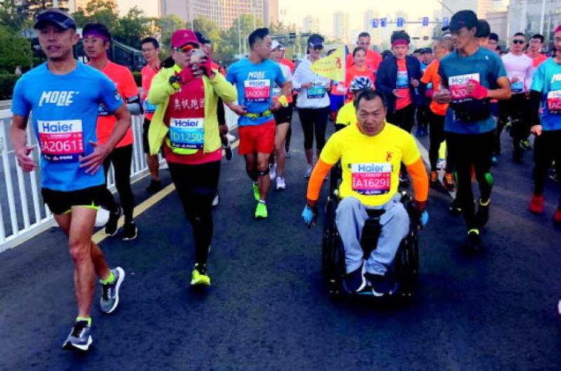 輪椅上的追風者:三年內跑了14個全程馬拉松