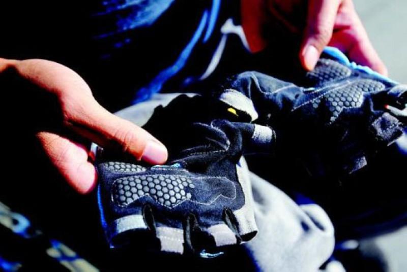 跑馬中必備的手套。