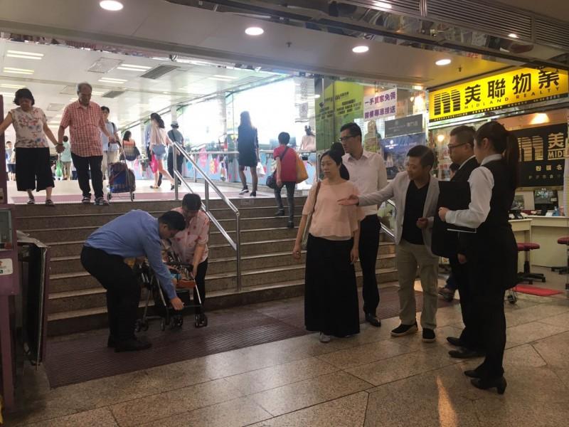 陳旭明指今年年中他約見商場職員,了解相關問題,途中亦遇到不少需要其他人協助上落樓梯的市民