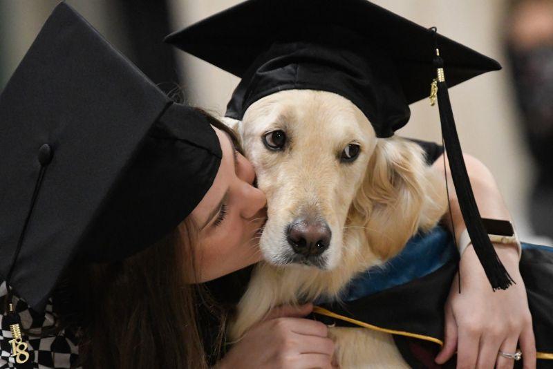 Hawley擁著Griffin狂吻,她們都畢業了!