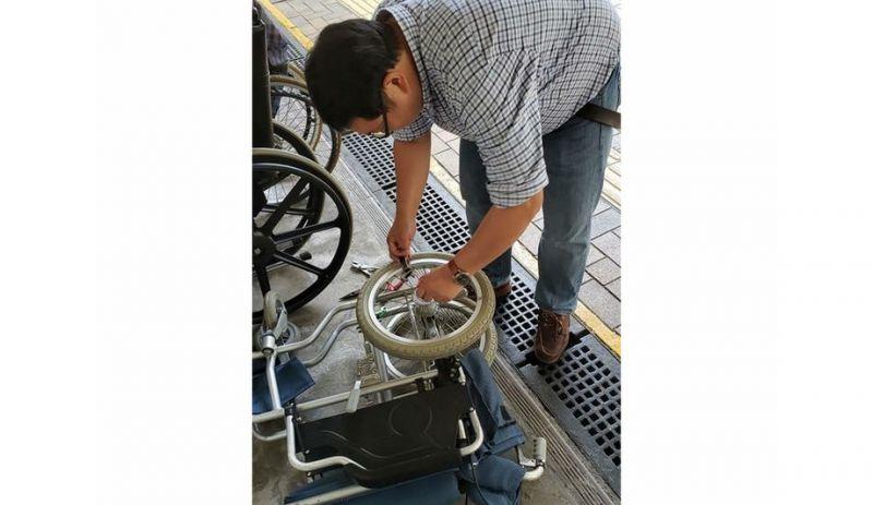 任啟邦嘗試修理壞掉的輪椅,修理好的輪椅會借給街坊使用,無法修理的就當廢鐵回收