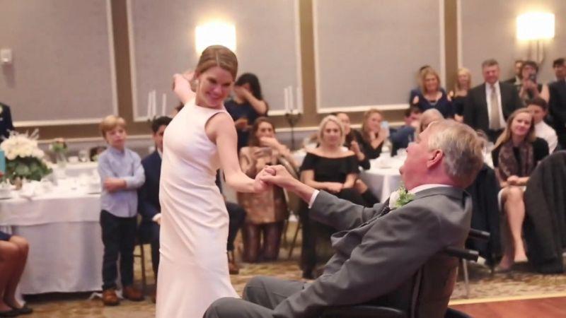 瑪麗伯恩在行禮後,於酒會上推着坐在輪椅上的爸爸占姆到舞池,在175位賓客前起舞