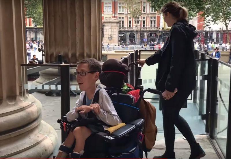 雖然要靠輪椅代步,伯考還是很熱衷旅遊,他和女友到過英國和法國,亦會駕車走遍美國不同城市。