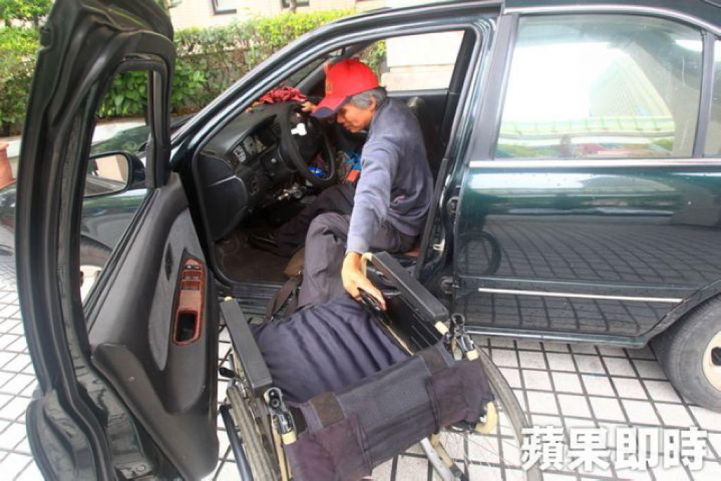 王永顺自己把轮椅搬下车