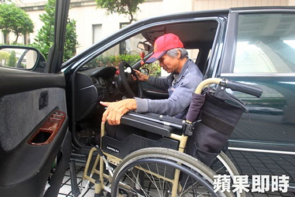 王永順熟練的收拾輪椅往下一個地點送貨