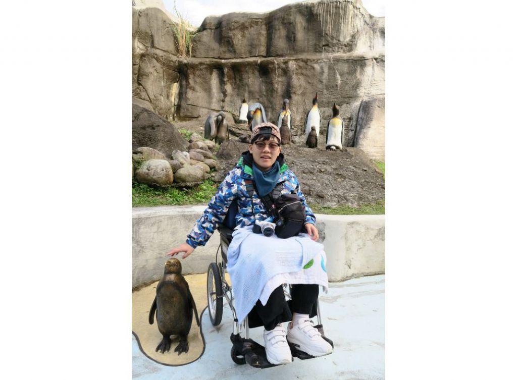 帶着輪椅去旅行,在旁人眼中困難重重,但嘉敏3年前在復康中心的治療師協助下,成功到台灣旅行