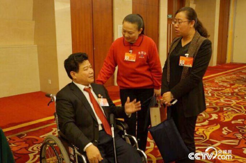 在助手的帮助下,孙建博挪上轮椅,又赶往下一个访谈室……