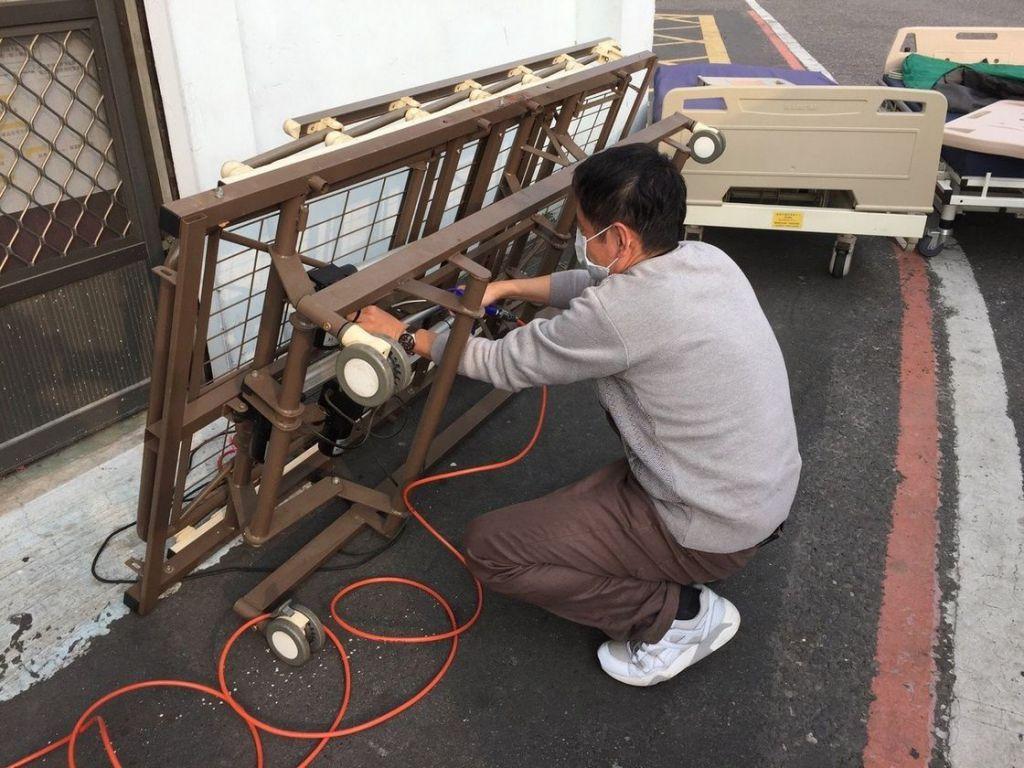 嘉義市輔具資源中心工作人員整理民眾捐贈的電動照護床,讓愛循環