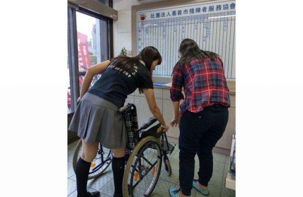 民眾向嘉義市輔具資源中心借用輪椅,工作人員指導如何操作使用