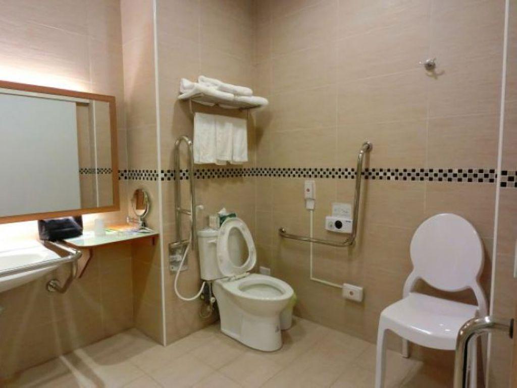 洗手台採開放式設計,馬桶欄杆以活動式設計為佳