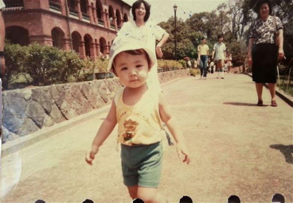 4歲的兒時照片,這是林欣蓓人生中最後一次站著拍照