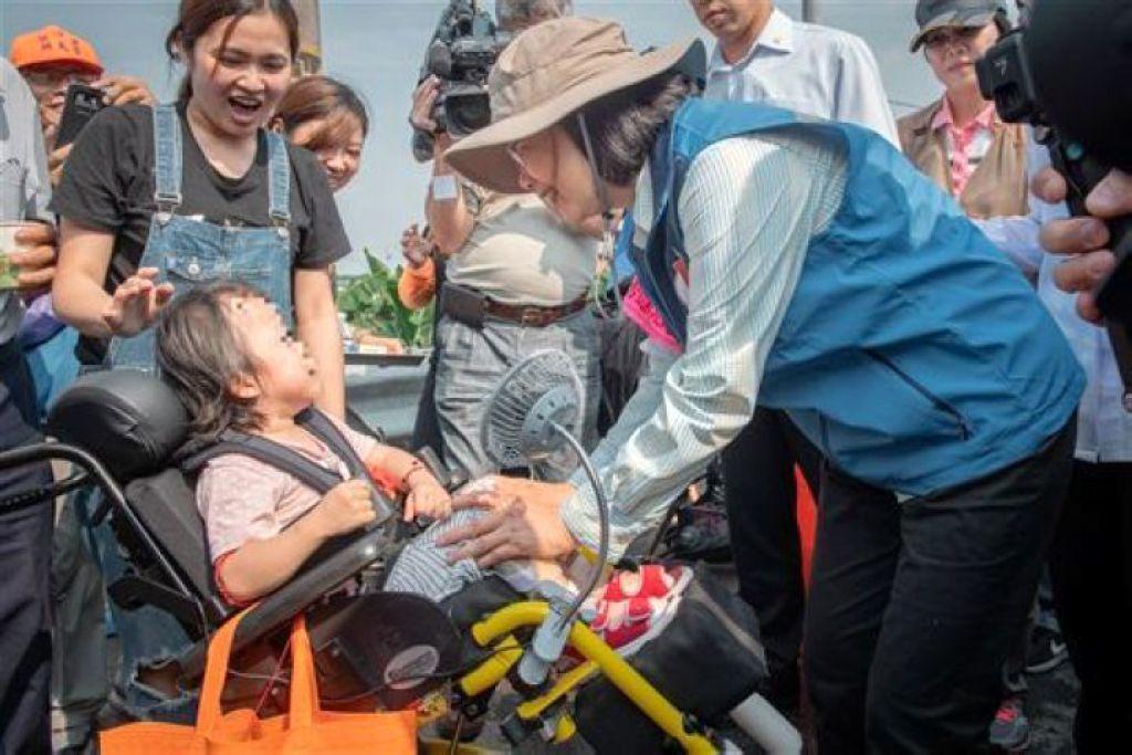 小英打氣輪椅童:別怕!媽祖保護妳