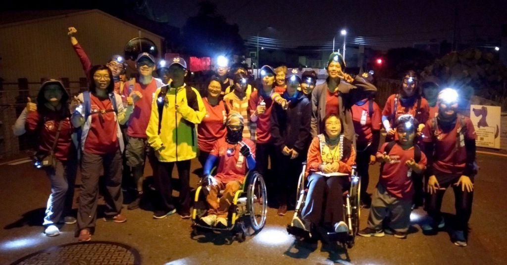 中州科技大學身障學生在學校晨曦服務社志工協助下,凌晨3點從學校出發參加大甲媽遶境