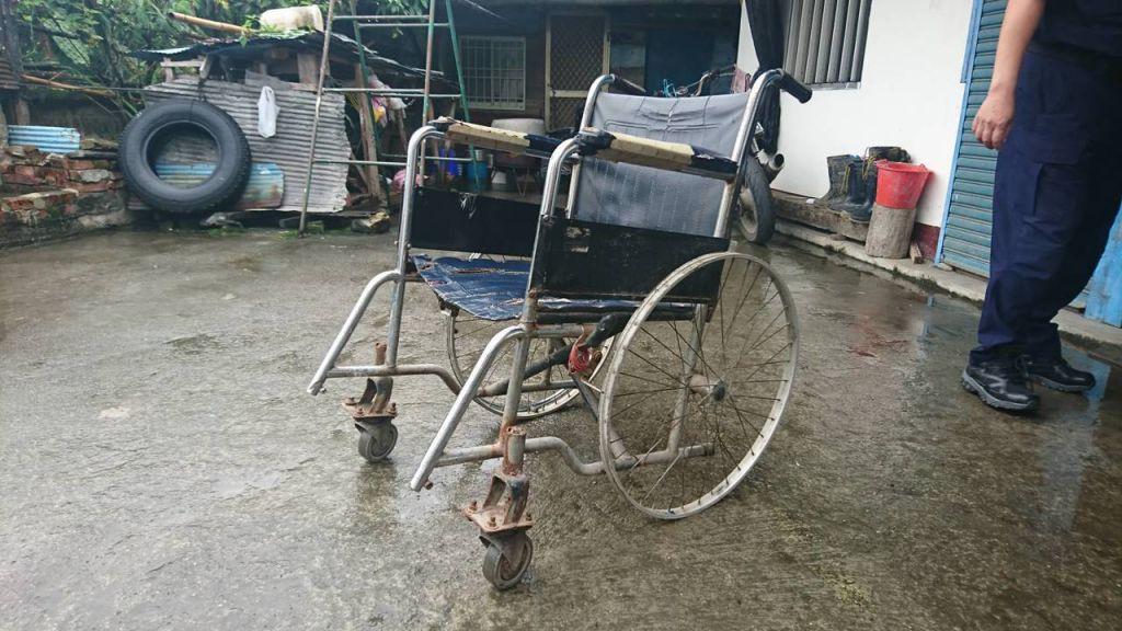 輪椅剩鋼圈竟然還在用… 警所長助貧翁「重獲雙腿!