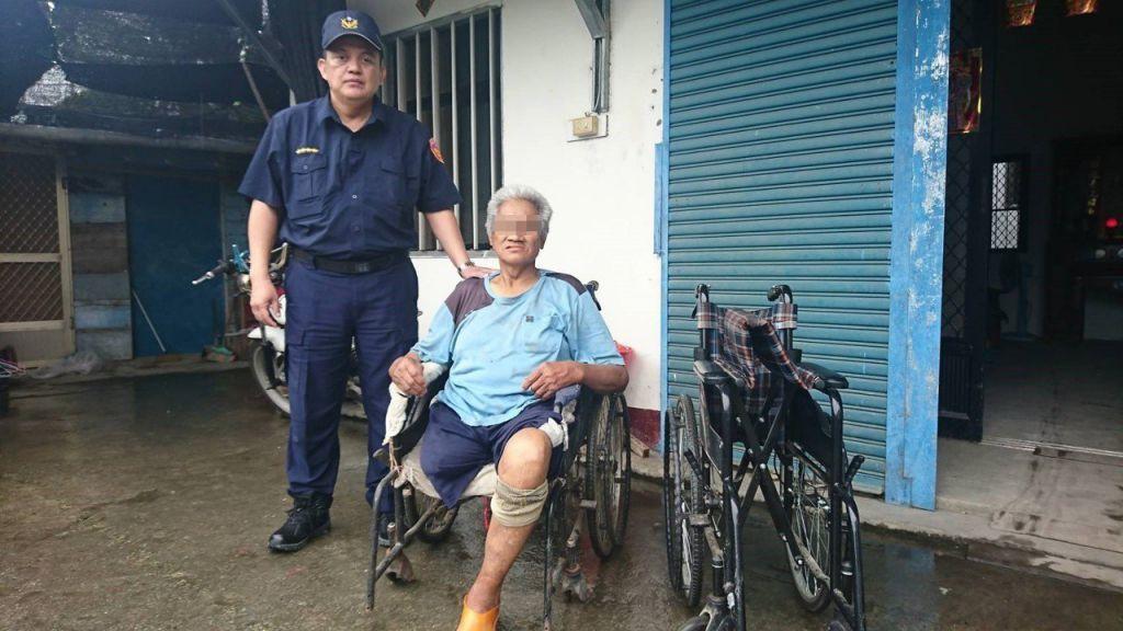 所長林正穎將輪椅親送到李翁家中