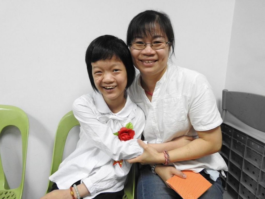 南投縣草屯炎峰國小曾奕璇(左)昨畢業獲「鎮長獎」和「生命典範獎」,在母親陪同下參加典禮且領獎