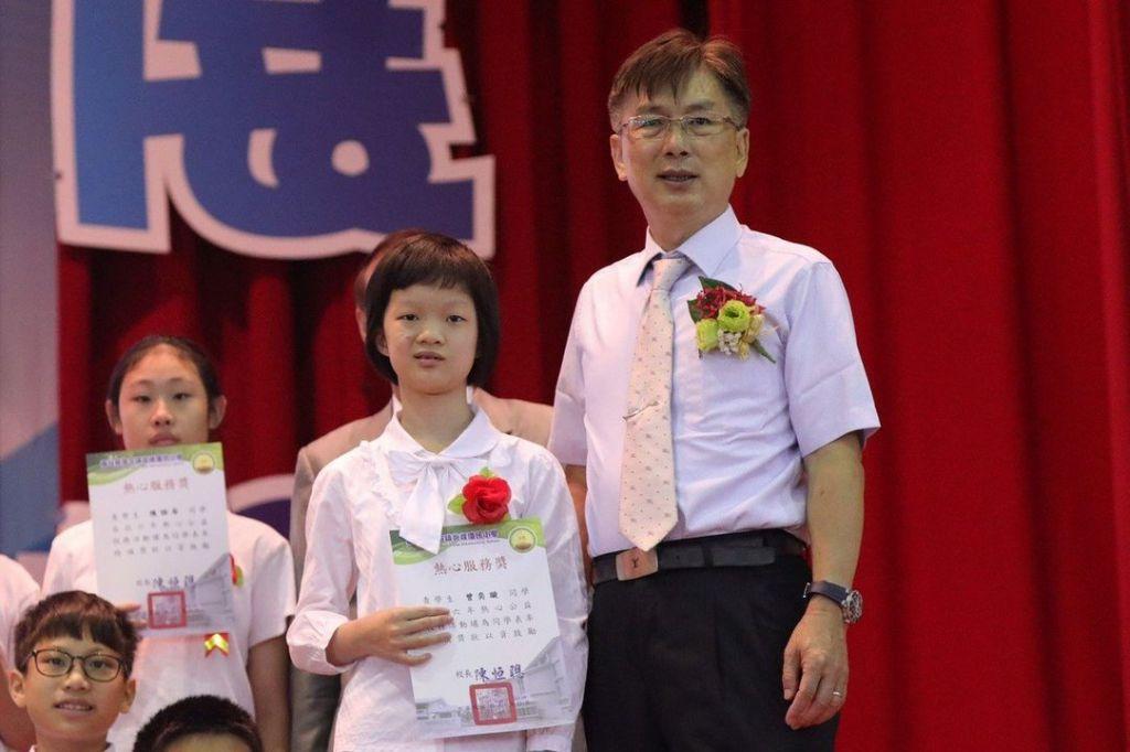 南投縣草屯炎峰國小曾奕璇(右2)過去堪稱「學霸」卻因病腦中風,但她勤復健且透過視訊求學,今畢業還獲獎