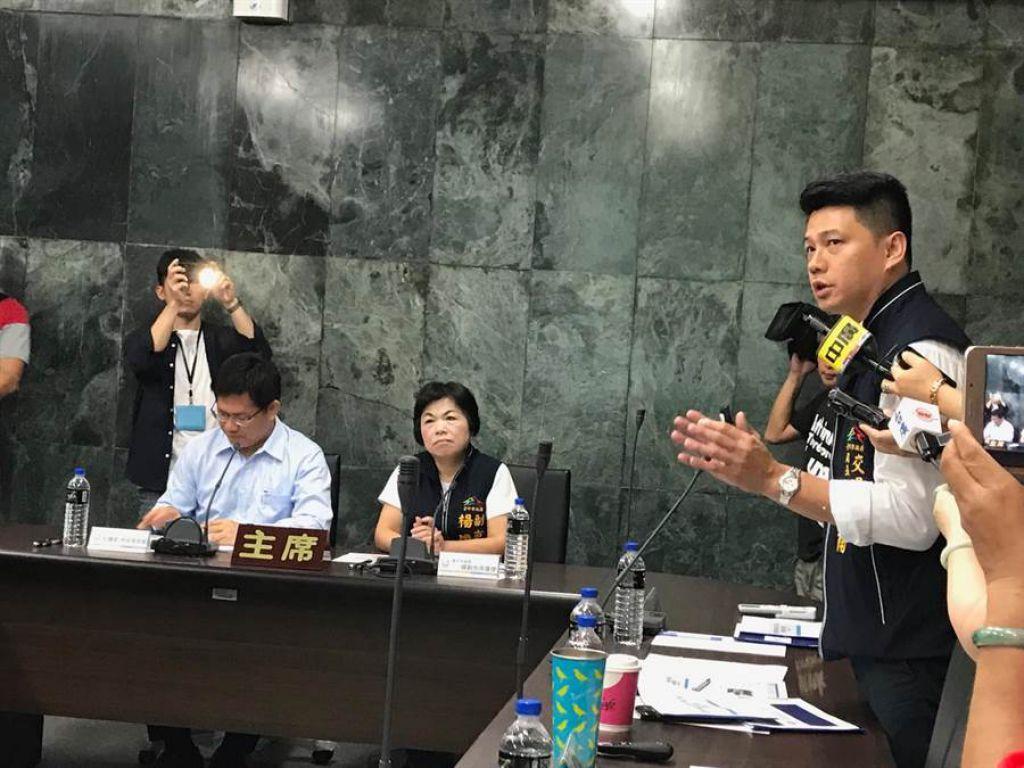 交通局長葉昭甫(右)提案「幹線化電動公車整合計畫」,交通部長林佳龍表示認同市府規畫及原則同意,將納入研擬推動