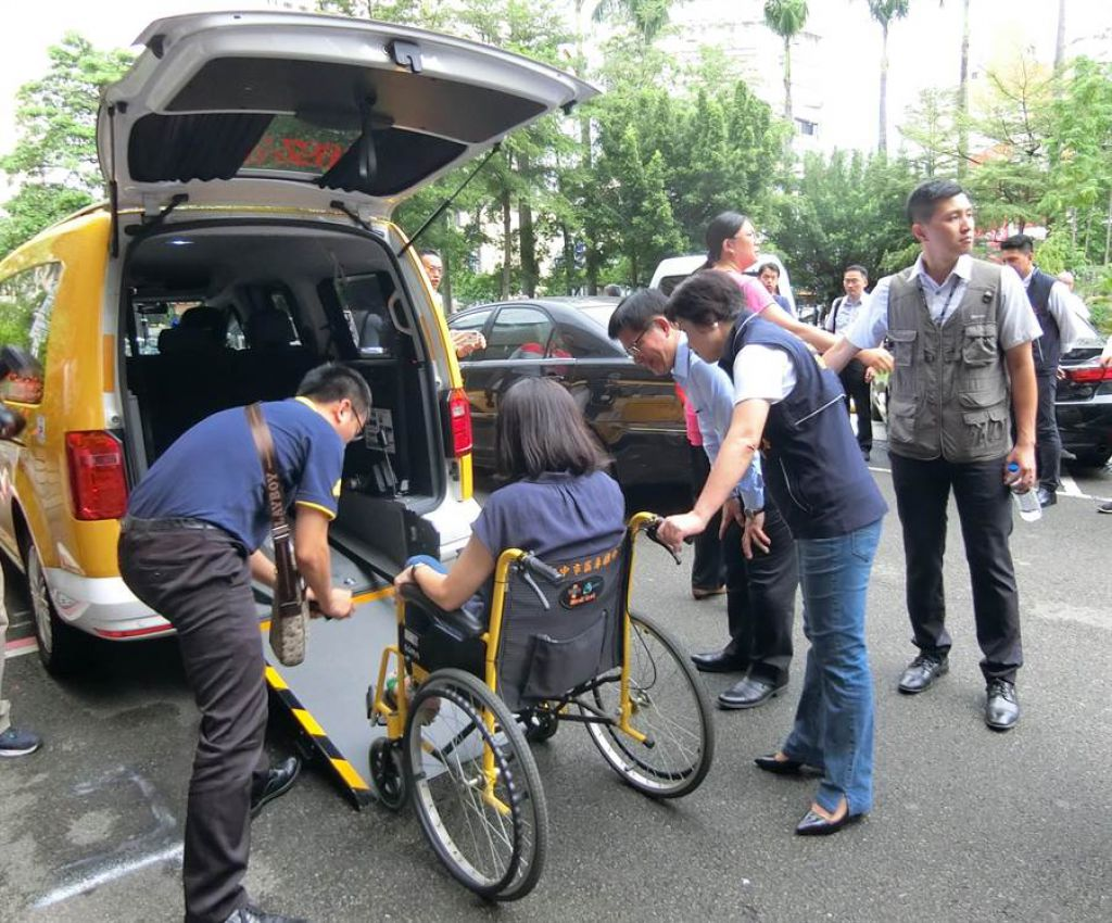 台中市推動通用計程車,車型均為廂型車,可搭載一部輪椅,斜坡板或升降式設計可讓司機協助從後門推輪椅上車