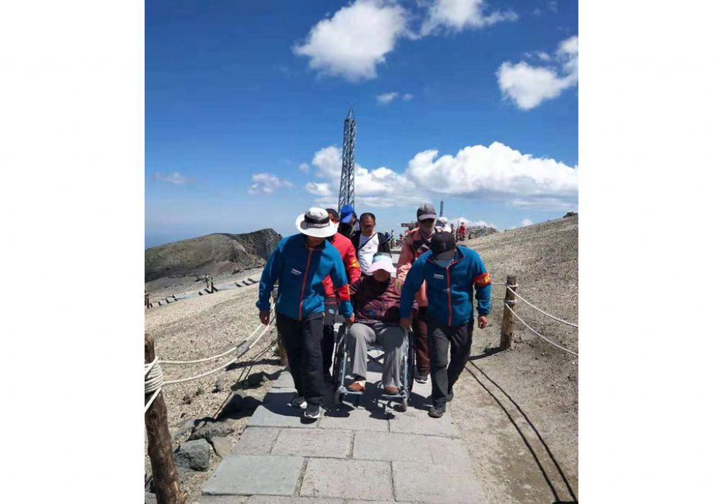 感謝信曝暖心故事長白山景區工作人員抬輪椅幫87歲老奶奶觀天池