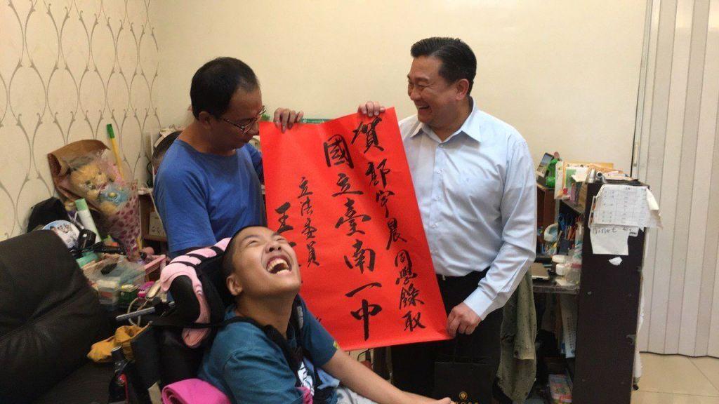 王定宇专程到脑麻学生友人郭宇晨家送礼贴红榜,感谢多年支持