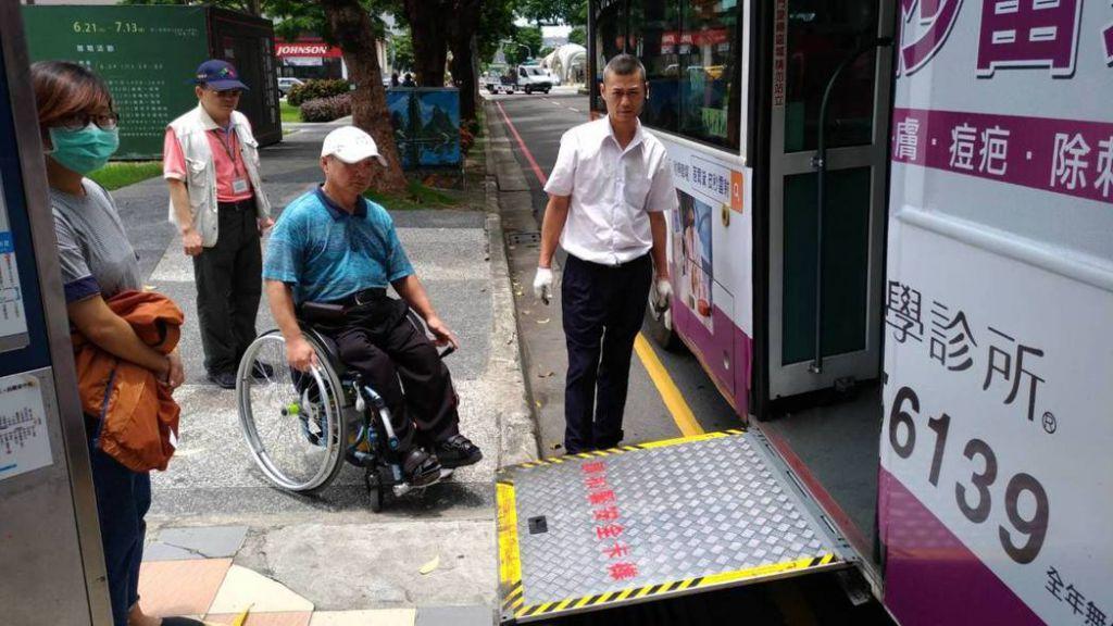 台中市推動健康就診公車,把經過主要醫院的公車路線,2年內以低底盤或有油壓式升降設備的無障礙巴士數量,提高到9成以上