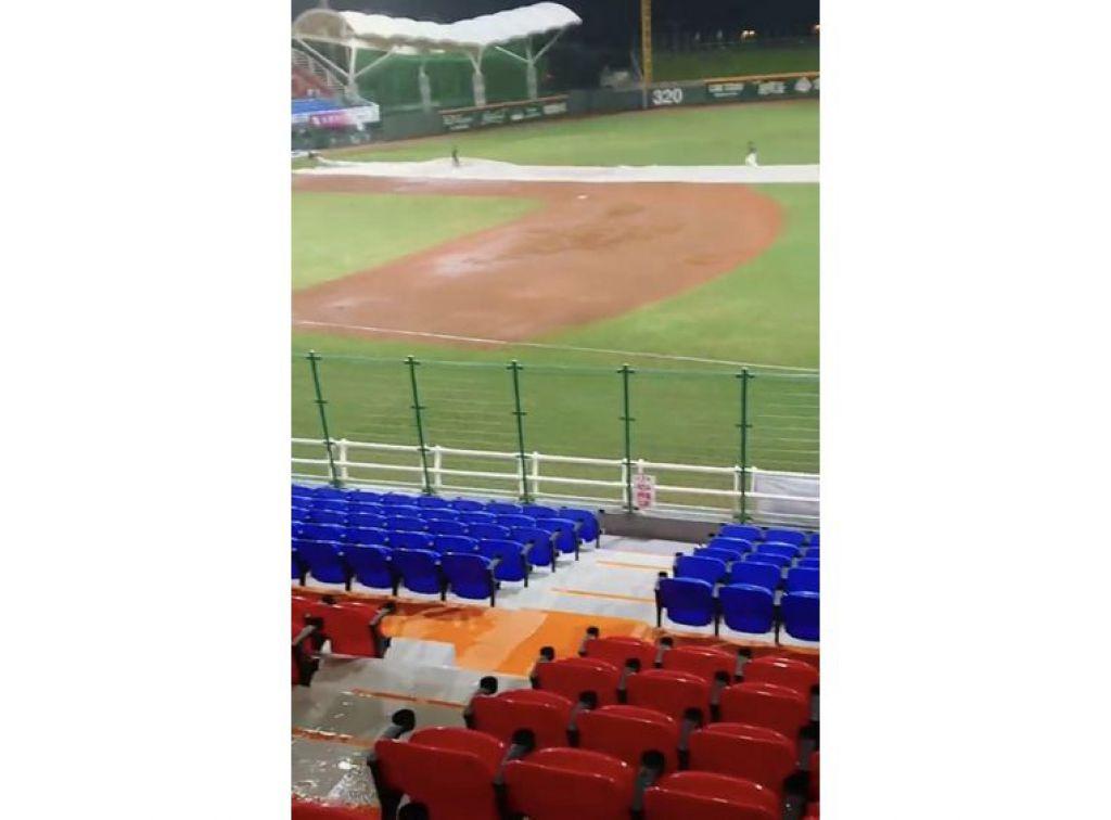 中華職棒昨在花蓮棒球場開打,球迷發現頂棚漏水,沿柱子而下流入內野觀眾席