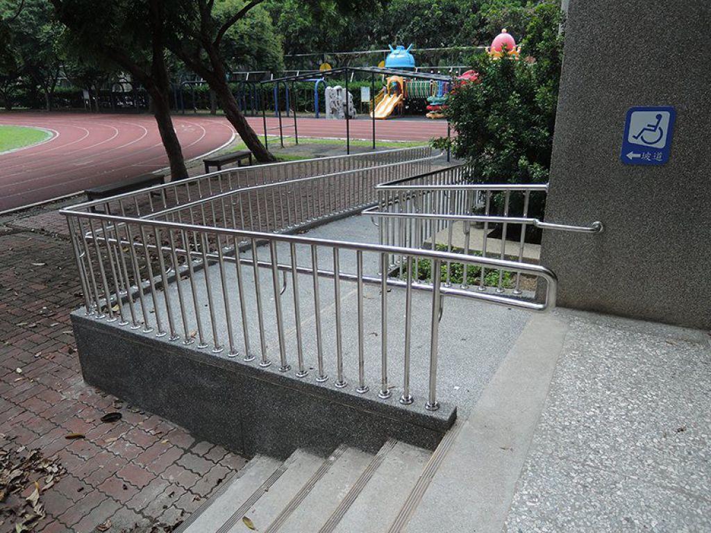賴厝國小設置無障礙坡道,讓身心障礙學生到操場更便利