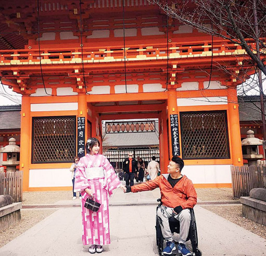 彭國聰帶女友出國,尋找浪漫人生。