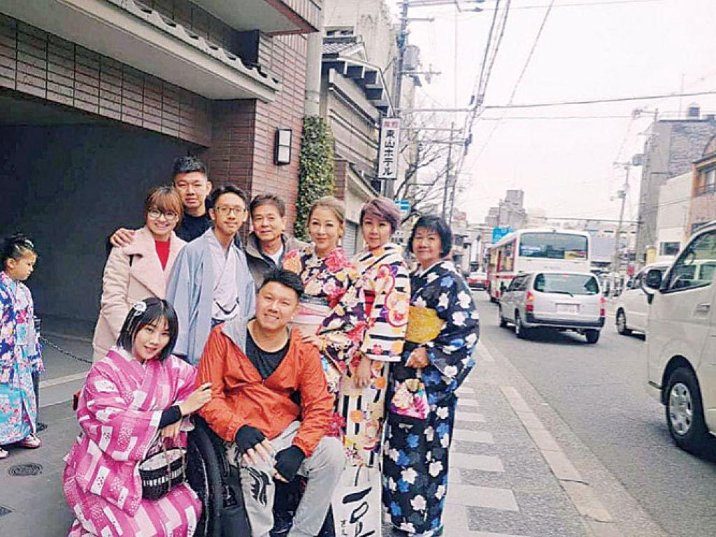 彭國聰與家人一同出國旅遊